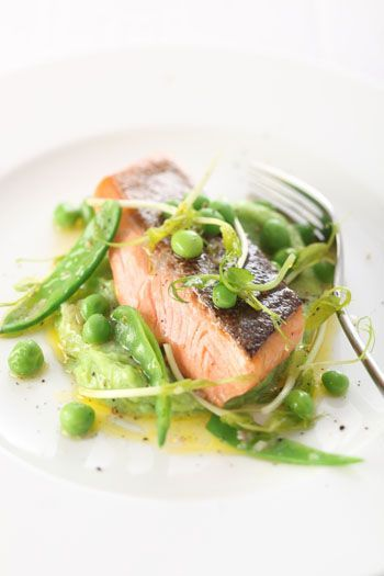 Serviervorschlag für Gebratene Lachsforelle auf Erbsenpüree und Erbsen-Zuckerschoten-Salat