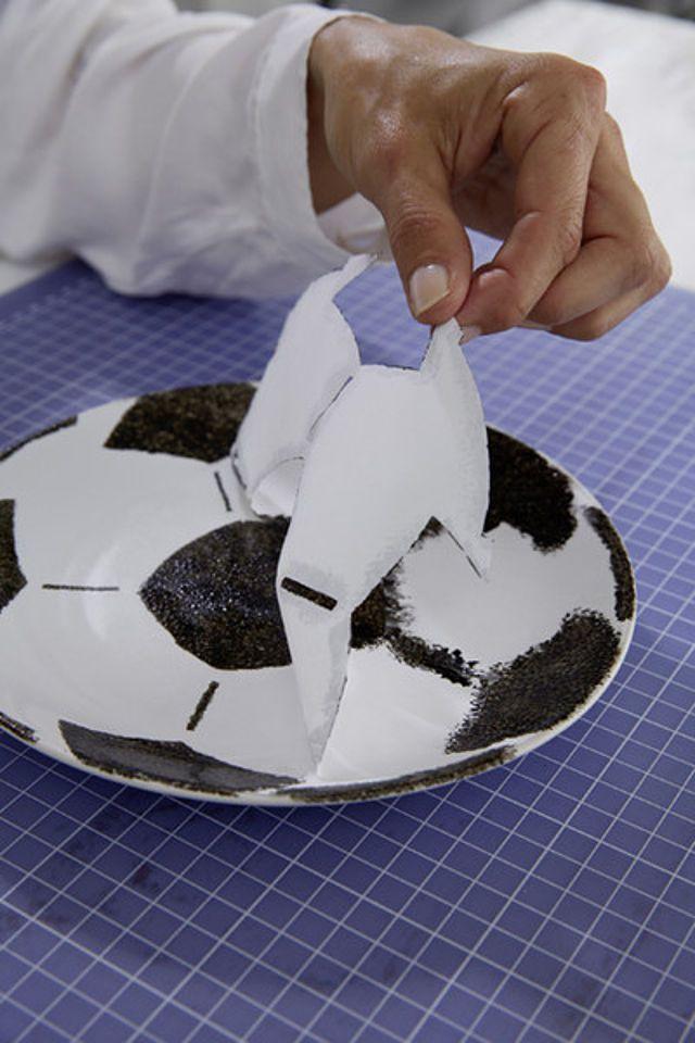 Fußball-Etagere selbst gemacht! Du brauchst 2 weiße Teller, Kleber, Prozellanfarbe und etwas Geschick. Und schon sind die Snacks für das nächste Spiel ein echter Hingucker! Wir zeigen Dir wie´s geht!