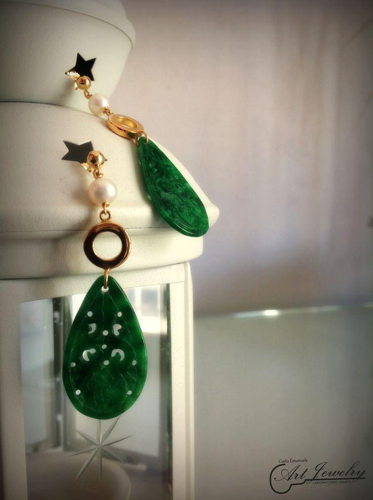 Orecchini realizzati in oro giallo. Impreziositi da perle naturali e giada. #jewellery #earrings #pearl #jade #gold #artjewelry https://www.facebook.com/gioiellicosta/ https://www.instagram.com/costaemanuele_artjewelry/  Photo: Noemi Barolo