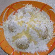 Ovocné tvarohové knedlíky NÁPLŇ  ovoce PODLE POTŘEBY  cukr moučka  rozpuštěné máslo TĚSTO 1 kostka měkký tvaroh 1 špetka sůl 1  vanilkový pudink 10 dkg hrubá mouka 1  vejce Smícháme tvaroh s pudinkem a ostatními ingrediencemi. Vypracujeme vláčné tvarohové těsto. Ovoce zabalíme do těsta a tvarujeme knedlíky, vaříme ve vroucí vodě, až vyplavou. Hotové můžeme pocukrovat, přelít rozpuštěným máslem