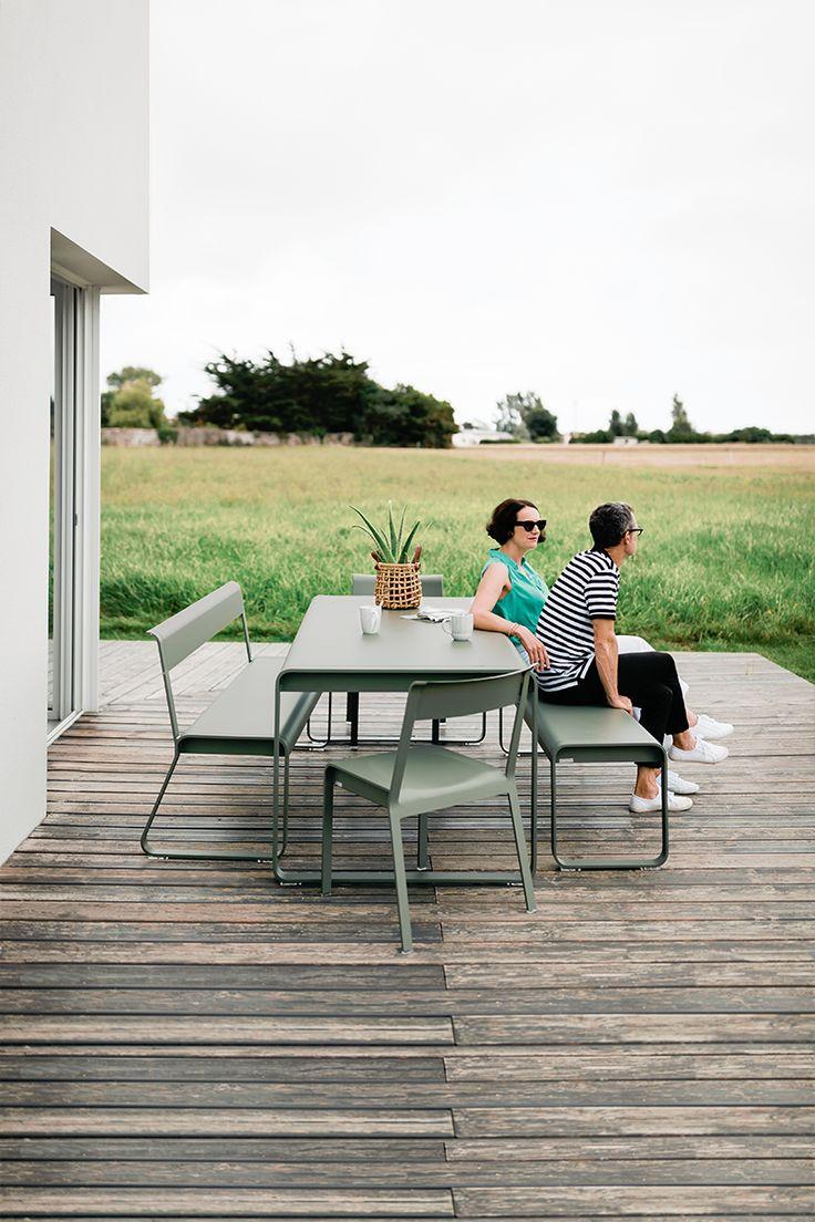 On se pose et on regarde le paysage  La famille Bellevie s'agrandit d'un banc d'extérieur confortable et d'allure contemporaine avec des formes géométriques et des courbes douces. Ce banc de jardin peut, au gré des va-et-vient des uns et des autres, accueillir jusqu'à 4 personnes. Solidité, stabilité et légèreté sont apportées par l'association d'aluminium et d'acier. Ce banc design joue sa partition seul, dans un jardin ou sur une terrasse, ou autour d'une table Bellevie de la même…