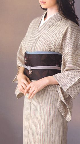ハイムラヤ、ウール着物「源氏小紋」です。 上質できれいな糸、六〇双糸(ろくまるそうし=ろくそう)で、しっかり織られているこのウールは、非常に柔らかく、体に良くなじむのがポイント。 適度な重さ、厚みがあり、さばきも良く、シワになりにくいのも特徴です。 また、ウール地にありがちなチクチク感や重さをほとんど感じずにお召しいただけます。 着ていてとても心地良いウール着物です。 後染めならではの色の華やかさと、柄の多彩さ。 従来のウールのイメージ一新させる柄ゆきが素敵なシリーズです。