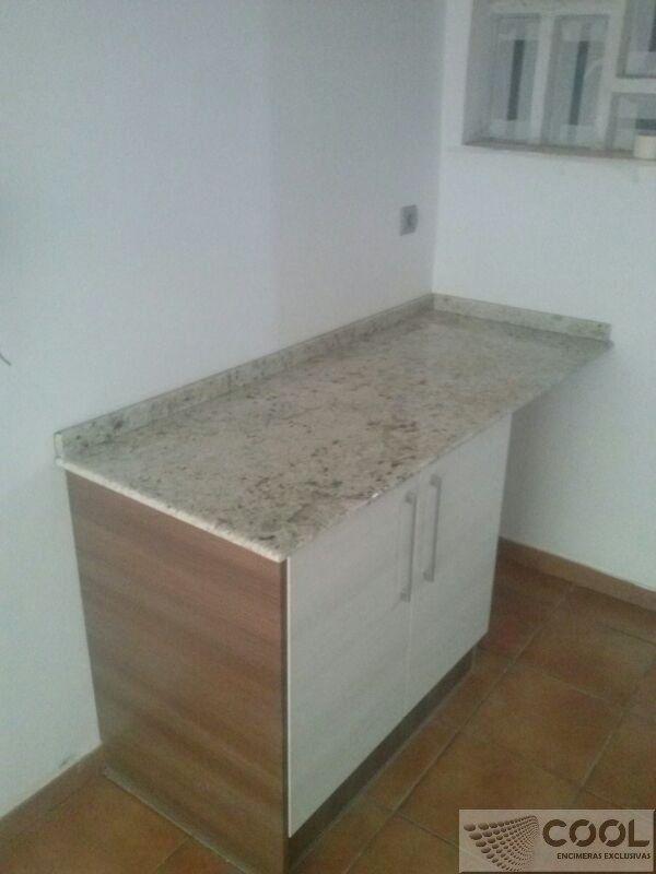 Montaje cocina en granito importado amarillo aiditis con for Granito importado