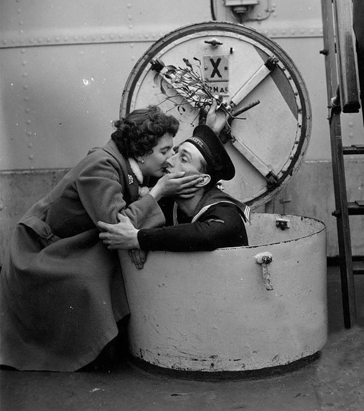 D. Brown bacia la sua fidanzata Terry sotto il vischio, a bordo della HMS Wakeful a Portsmout, 1955. E Bacon