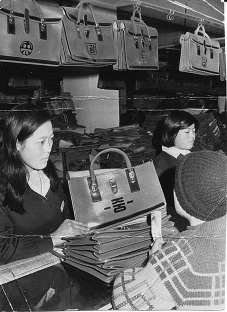 Seoul, Korea, 1971  photographer Unidentified  국민학교를 졸업하고 중학교 가방을 고르는 어린이  '선물'을 자주 주고받을 수 없었던 시절에는 특별한 날에 특별한 선물을 받는 것도 큰 기쁨이었다.   각 급 학교의 졸업시즌에는 졸업 선물을 사려는 사람들로 백화점 학생용품부, 시계점, 만년필점 등 선물용품 가게가 붐볐다.    7~80년대 국민학교를 졸업한 어린이에게는 만년필(2백~1천2백 원), 앨범(6백~2천5백 원)정도가 졸업 선물로 적당했으며 절약을 위해 중학교 입학에 대비한 교복(4천~9천5백 원), 책가방(1천~3천 원)을 선물 겸해서 사주기도 했다.   중학교를 졸업하는 학생에게는 손목시계(1만3천~1만8천 원)나 탁상시계(4천~7천5백 원) 등이 알맞았습니다. 고등학교 졸업생은 으레 성인이 되는 것으로 생각했기 때문에 와이샤쓰(2천5백~3천3백 원)나 기성복으로 신사, 숙녀복을 사주는 것이 좋은 선물이었다.   *  BR3…