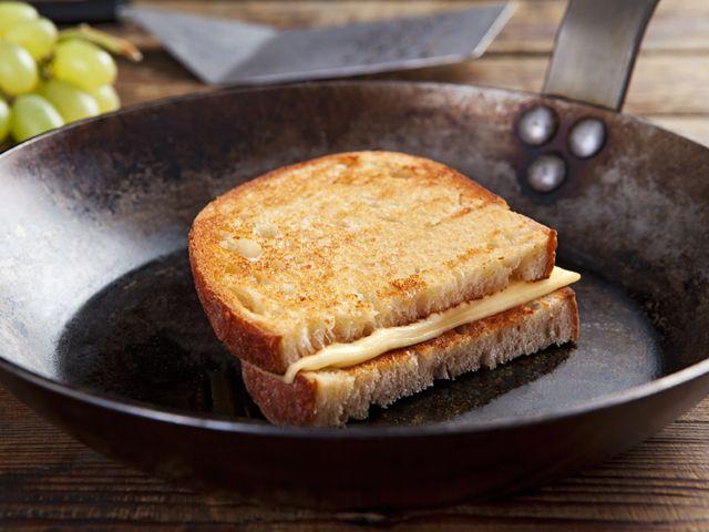 A világ egyik legegyszerűbben elkészíthető melegszendvicse, amely egy jól kiválasztott sajtfélével mégis különlegessé tehető. Egy finom krémlevessel komplett ebédnek vagy …