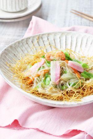 通常の皿うどんは、 揚麺の上に豚肉・野菜・魚介類などの餡をかけ 大きい皿に盛り付け、取り分けて食べます。