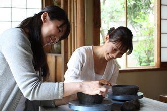 Okayama Bizen 岡山(おかやま)備前(びぜん) 全国唯一のチオビタ・ドリンク製造工場と備前焼の里をめぐる(備前市) おかやま旅ネット 一陽窯  広い店内には、オーソドックスなものからモダンデザインなものまで様々な備前焼作品が並んでいます。店舗の奥では、登り窯やろくろの実演も見ることができるかも。土ひねり体験にチャレンジして、オリジナル作品を作ってみるのもオススメです!(要予約)