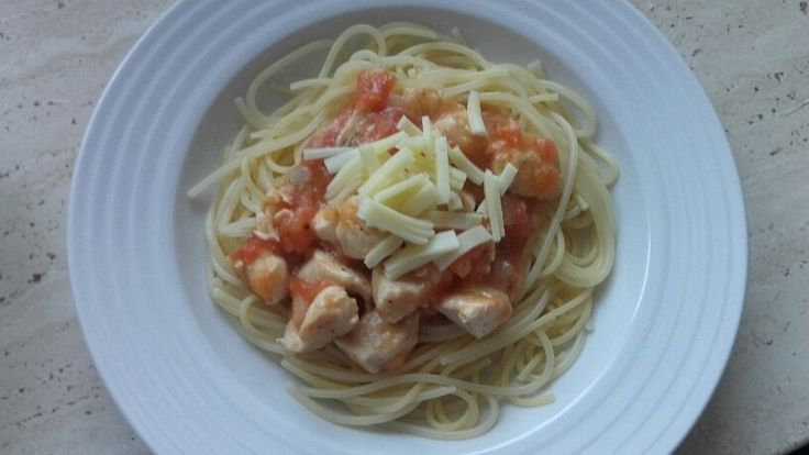 Skvělé špagety s kuřecím masem a rajčatovou omáčkou