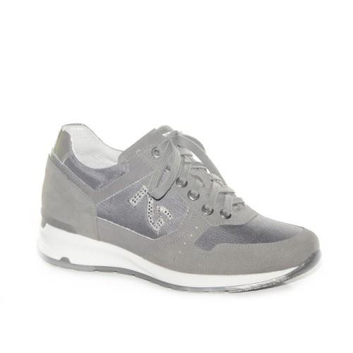 Sneakers con zeppa medio bassa in camoscio grigio con rifiniture in tessuto laminato.