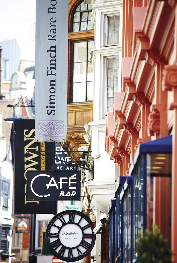 Bond Street, una de las principales calles de compras de Londres con boutiques de Cartier, Gucci, Yves Saint Laurent, Chanel, Hermès, Victorinox, Polo Ralph Lauren, Burberry, Louis Vuitton, Tiffany & Co, DKNY.