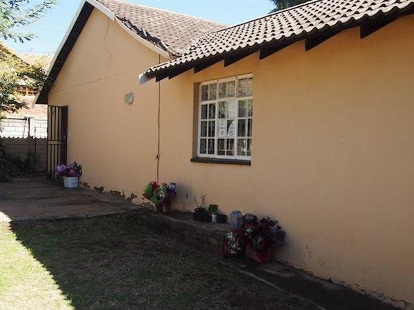2 Bedroom House in Ferndale, With some TLC,this property can be turned into a real gem. Its situated in the quiet residential suburb of North Riding. The property offers 2 bedrooms with one bathroom and lounge with dining room wh...