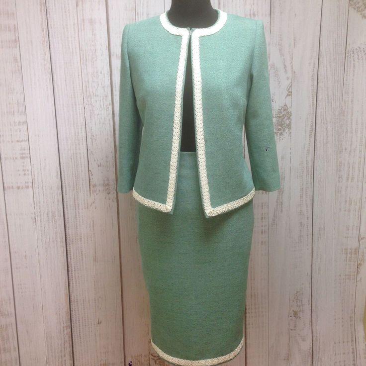 Купить или заказать Женский деловой костюм #6 в интернет-магазине на Ярмарке Мастеров. Женский деловой костюм, цвет зелёный с черными прожилками, состав хлопок - 40%, лён - 17, вискоза - 15%, полиэстер - 15%, шелк - 13% Размеры 46,48 (российские) в наличии, иные размеры - по запросу. Очень хорошая дышащая ткань для лета, подклада 100% вискоза.…