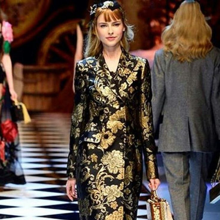 Dolce&Gabbana Fall-Winter 2016-17 #DGFabulousFantasy Women's Fashion Show. A very Elegant and Prestigious Coat that evoke the Baroque Style. Very Precious Fabrics. More insights on @dolcegabbana and #dgfw17. Also follow @voguerunway and #MFW.