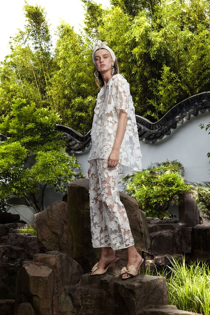 See the complete Cynthia Rowley Resort 2018 collection.