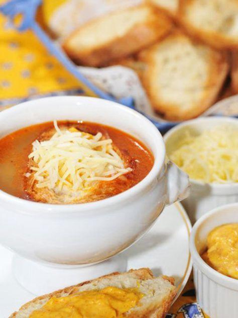 南仏のビストロの定番、魚介のアラのスープ 南仏の庶民的なビストロに行くと必ずあるのが、魚介のアラを使った「スープ・ド・ポワソン」。具材は入っていないが、魚介の旨みがギュッと詰まった非常に濃厚なスープで、ブイヤベースに負けないおいしさだ。にんにくソースとチーズをのせたバゲットを浮かべていただこう。|『ELLE a table』はおしゃれで簡単なレシピが満載!