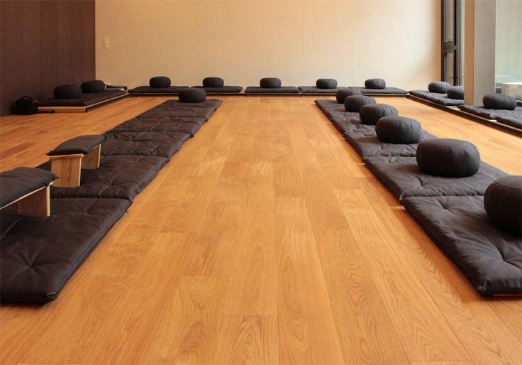 """Im Zen Zentrum """"Offener Kreis"""" in Luzern trägt unsere ruhige Natureiche zu einem entspannten Miteinander bei. www.meditationszentrum-offenerkreis.ch #astrein #holz #landhausdiele #naturholzboden #meditation #auszeit #parkett"""