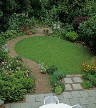 Harpur Garden Images Ltd :: JJ2020 Small town gardens with snaking lawn, brick path and concrete paviours. Jan Jones Borders Lawns Paving Paths Jerry Harpur Please read our licence terms. All digital images must be destroyed unless otherwise agreed in writing. Photograph by: www.harpurgardenlibrary.com Contact: Harpur Garden Library 44 Roxwell Road Chelmsford Essex CM1 2NB, UK