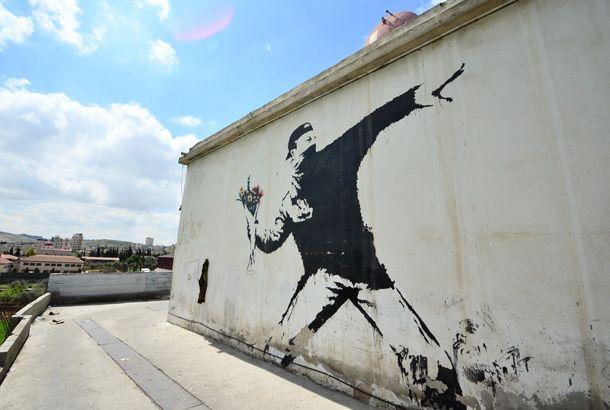 パレスチナで覆面ストリートアーティスト、バンクシーの作品を探す   roomie(ルーミー)