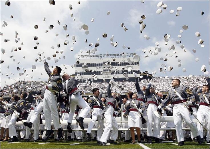 US Military Academy West-Point Graduation 2012 / Sinh viên sĩ quan tung mũ lên trên không trong buổi lễ tốt nghiệp thành quân nhân tại Học viện quân sự Mỹ ở West Point, New York.