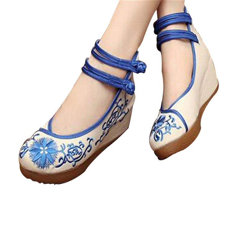 Embroidered shoes are called works of art on the tip, which takes modern embroidered shoes as highlight their taste and wisdom to repair jewelry. This use of blue and white elements embroidered shoes,