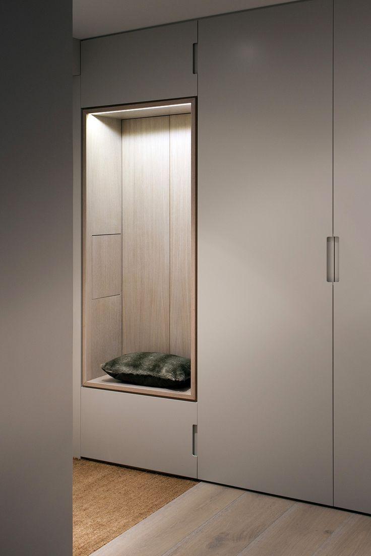 Belle assise en bois intégrée au placard, avec une ambiance lumineuse travaillée (mettre le miroir au fond de la niche ?)