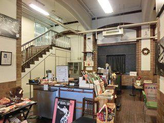 日比谷公会堂 アーカイブ・カフェ  蓄音器からジャズが静かに流れます。音量、音の響き、店内の雰囲気とも私好み。
