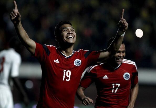 Teofilo Gutierrez celebrando el primer gol del partido, luego desde un centro de Juan F. Quintero, Carlos Bacca baja el balon con la cabeza hacia el medio donde se encuentra Teo y solo hace empujarla para celebrar el tanto cafetero.