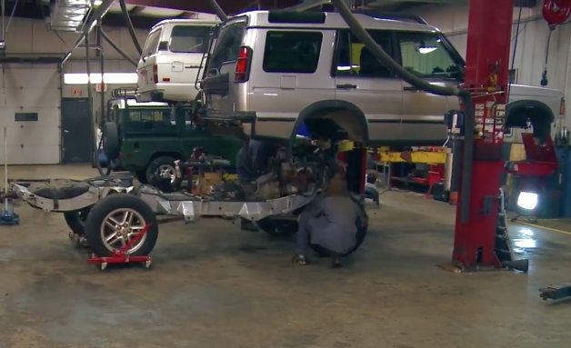 Watch this Land Rover Discovery get its frame swapped in four minutes - Autoblog