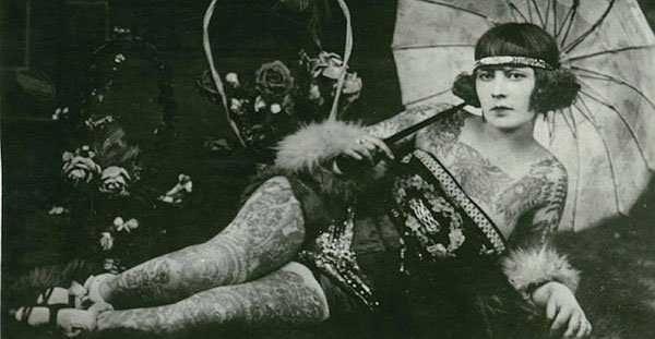 . . Diese alten Aufnahmen sind zum Teil vor 100 Jahren entstanden und dokumentieren eindrucksvoll die alte Liebe zu ungewöhnlicher Körperkunst. Schon immer liebten es die Menschen ihre Köroer zu schmücken, und Tätowierungen waren schon damals nicht nur den Seeleuten vorbehalten. . ] . . .…