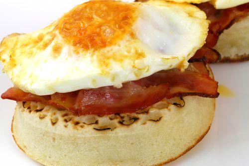 Direction le Royaume-Uni avec cette recette rapide et gourmande de crumpets au bacon etaux œufs brouillés. Un vrai petit déjeuner anglais.