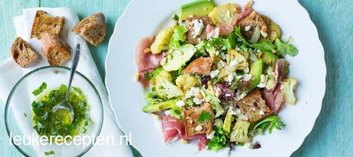 Heerlijke frisse maaltijdsalade bomvol geroosterde bloemkool, avocado en knapperig knoflookbrood