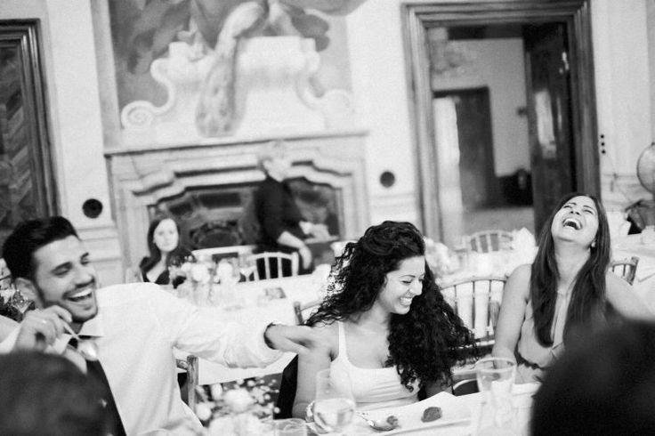 Schwarz-Weiß-Hochzeitsfotografie lustigen Moment