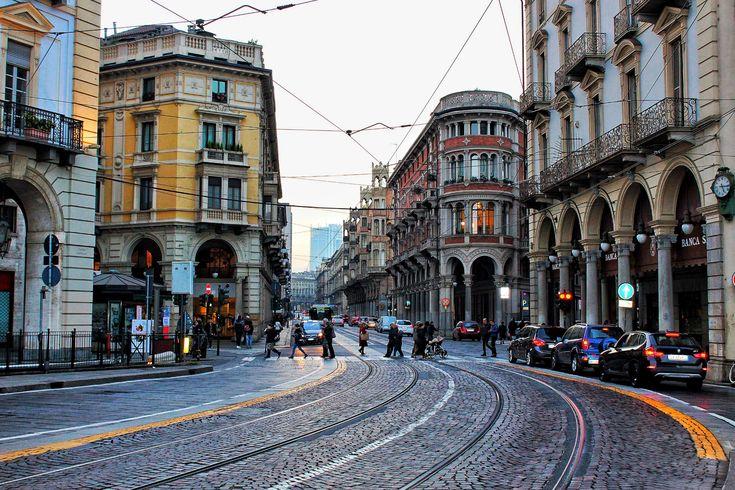 #automobili #city #italia #luci auto #palazzo #persona #persone #semafori #semaforo #strada #torino #traffico #vecchio