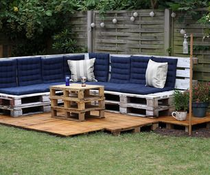 Don't let the name fool you, This is adorable! Low Budget Pallet Outdoor Lounge
