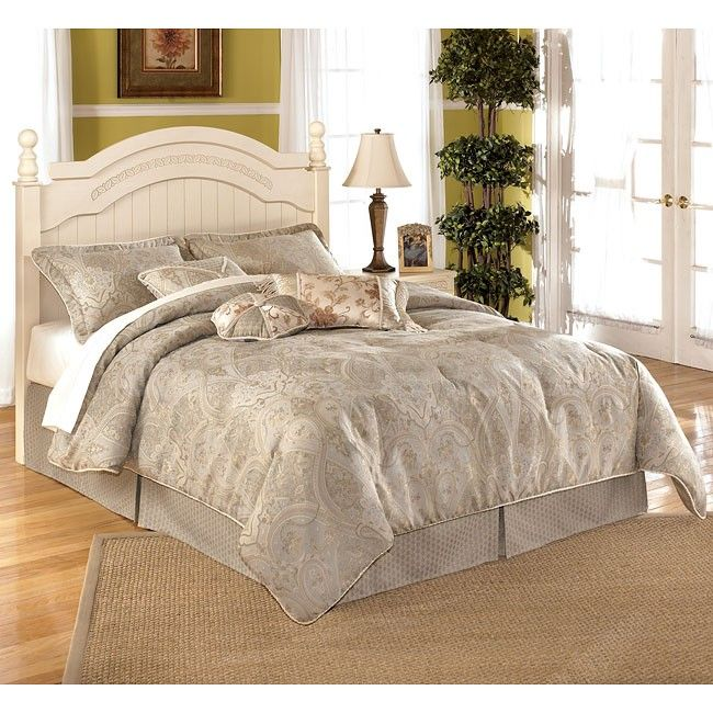 Classic Full Bed Headboard With Blanket And Pillows