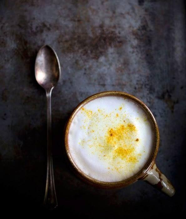 """Curcuma Chai Latte de Dilara Feray Food 1 c.s miel cru 1/2 c.c de curcuma frais râpé ou 1c.c de curcuma en poudre 1/2 c.c de gingembre frais râpé 1 tasse d'eau filtrée ou de source 1/2 tasse de lait d'amande 1 pincée de poivre noir (poivre noir """"active"""" le curcuma) Faire bouillir eau. Former dans bol une pâte avec miel, curcuma et gingembre. Verser l'eau frémissante dans bol. Mélanger. Filtrer. Re-verser dans bol rincé. Ajouter lait d'amandes. Ajouter pincée de poivre. Déguster chaud ou…"""