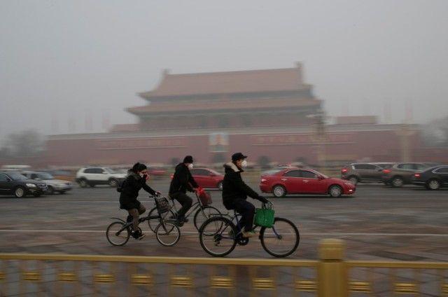 Implementar acuerdo de París bajaría costos de salud - Imagen de archivo de gente usando máscaras mientras viaja en bicicleta frente a la Puerta de Tiananmen durante un día de alerta roja por la pesada contaminación del aire en Pekín, China. 20 de diciembre, 2016. REUTERS/Jason Lee NUEVA YORK (Thomson Reuters Foundation) – La implementación del... - https://notiespartano.com/2018/03/03/implementar-pacto-paris-bajaria-costos-salud/