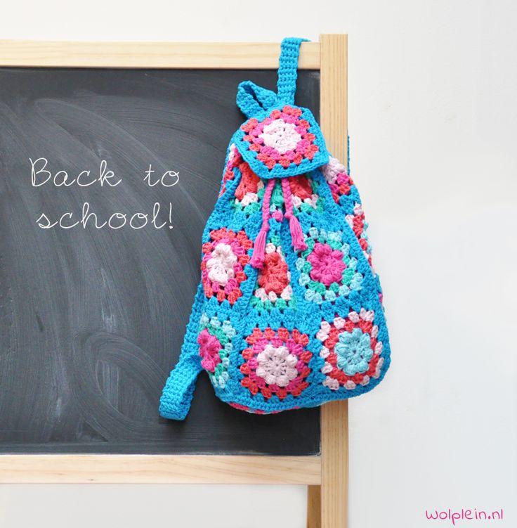 Rugzak haken - We gaan weer \'back to school\' en daarom haken we een toffe rugzak. Kleurrijk, hip en ideaal voor de broodtrommel! Zie hier het gratis patroon