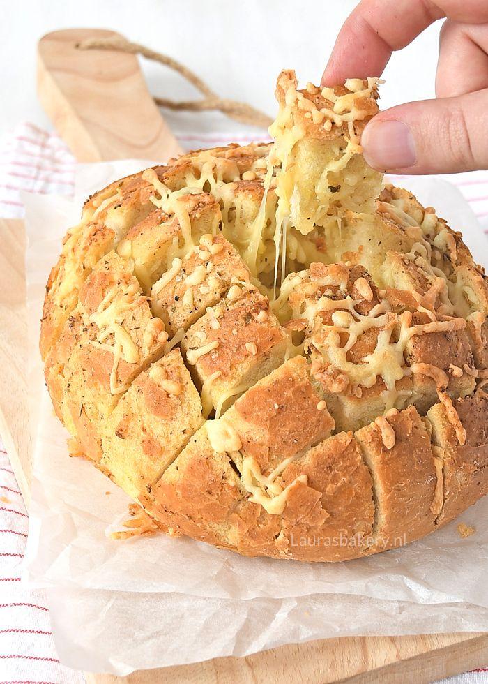 Dit lekkere kaas-knoflook borrelbrood zet je in een handomdraai op tafel. Laat die borrel met allerlei zelfgemaakte hapjes maar beginnen.
