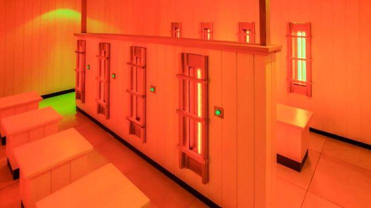De infraroodcabine werkt goed tegen vermoeide of pijnlijke spieren. De stralen in deze sauna gaan diep in de huid. De inwendige warmte zorgt voor hevige transpiratie die pas na 10 minuten begint.