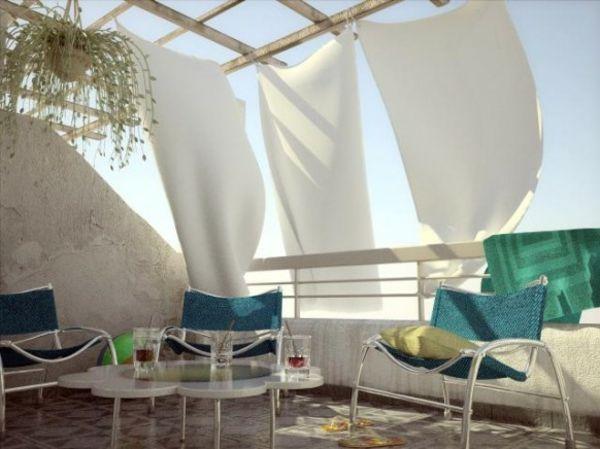 weiße luftige Gardinen auf dem Balkon