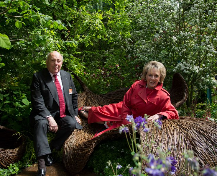Lord Fellowes and Esther Rantzen stop by for a rest #BreastCancerHavenGarden