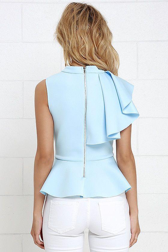 Blusa peplum, asimétrica con arandela en un solo hombro, azul cielo. Cremallera metálica visible