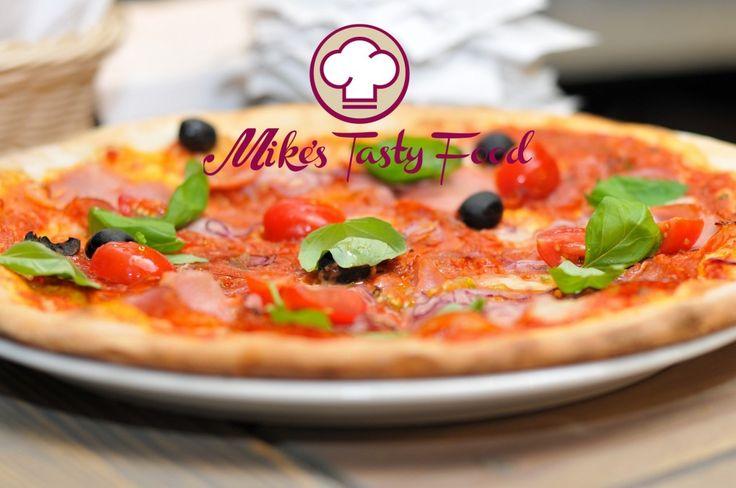 Pizza di kamut con pomodorini, olive nere, cipolla rossa e basilicoIngredienti: Farina di Kamut500 grammi17 ½ once Farina per pizza350 grammi12 ½ once Lievito madre in polvere25 grammi0,88 once Lievito di birra10 grammi0,35 once Acqua650 millilitri21 us. Fl.oz Sale20 grammi0,70 oz. Olio extra vergine55 millilitri2 us. Fl.oz. Pomodoro salsa cruda1 litro4 tazze usa Aglio2 spicchi Basilico10 foglie Pomodorini cigliegino40 Olive nere100 grammi3 ½ oz. – Mike's Tasty…