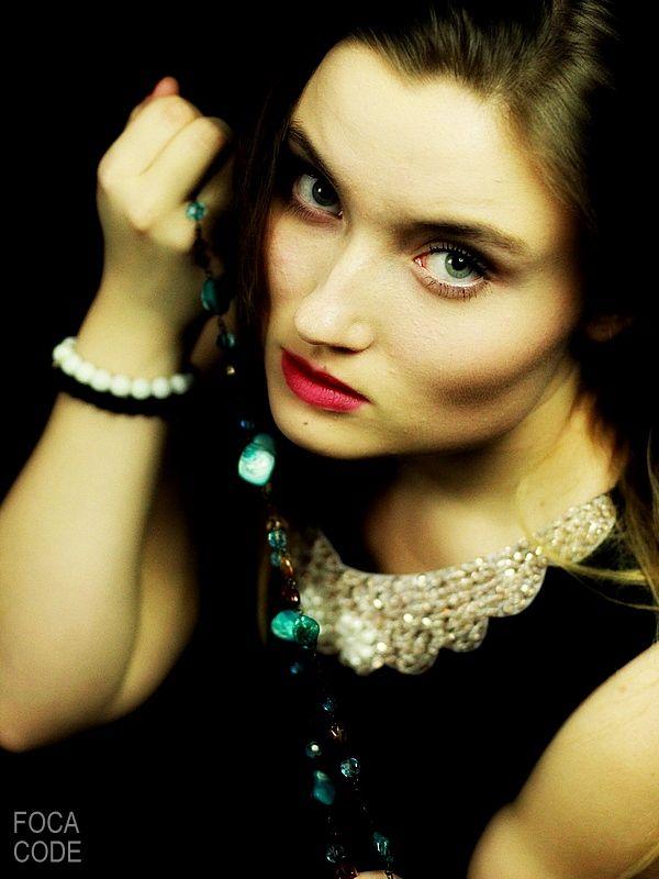 Portret dziewczyny w stylu retro. A portrait of a retro girl. #retro #style #girl #jewelery