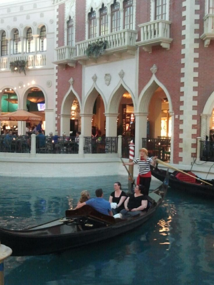 노래가 울려서 더 예뻤고, 참 듣기 좋았다 :)  She sings a love song for the couple on her boat. It seems so sweet.