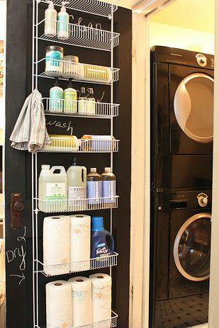 Tire o máximo de proveito de cada centímetro de espaço ao utilizar organizadores de porta que servem para qualquer coisa, de sapatos a produtos de limpeza. | 23 maneiras inteligentes de organizar seu apartamento pequeno