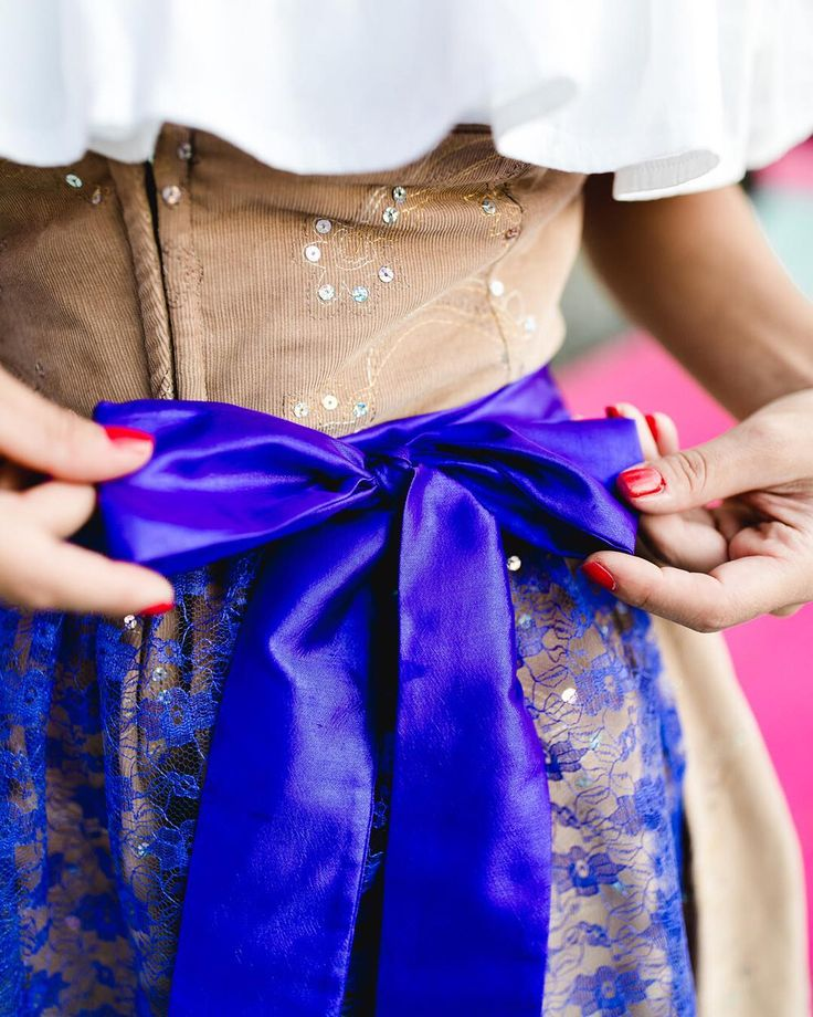 #dirndl #tracht #oktoberfest #schleife #lila #beige #nude #schürze #trachtenrock #trachtenmiederrock #7dresses #fashion #style #details #pailetten #glitter #volant #bluse  TRACHTENSCHÜRZE ZUM VERLIEBEN PERFECT KOMBINIERT MIT UNSEREN TRACHTENMIEDERRÖCKEN  @rena.luu @piruschka1 @7dressesshop perfect pic @herzundbild
