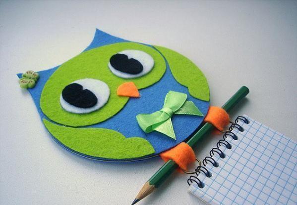Мне очень понравилась идея с карандашом и твердой обложки для блокнота. На диск наклеивается выкройка из фетра в виде совы. Карандаш никуда ...